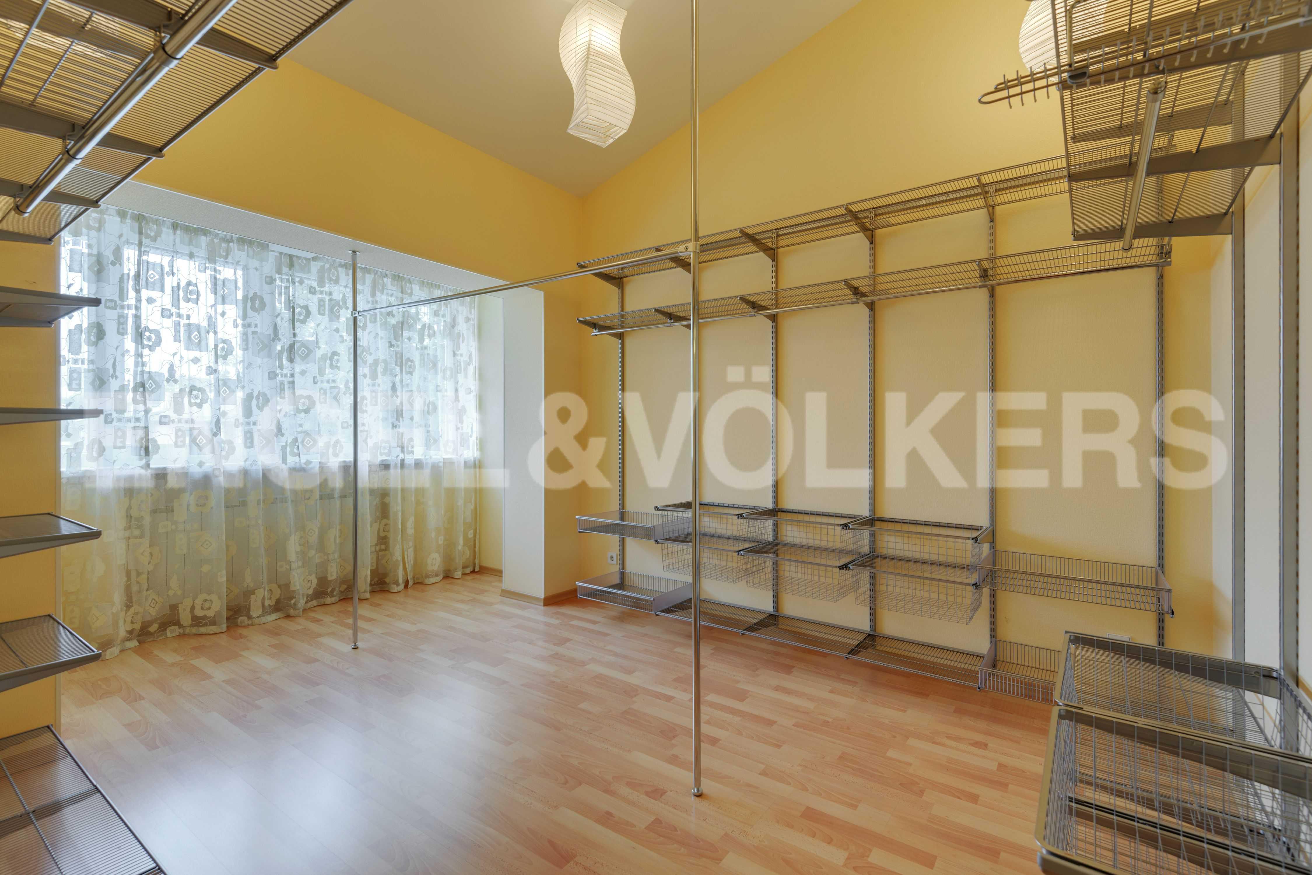 Элитные квартиры в Других районах области. Санкт-Петербург, Тбилисская, 22 . Гардеробная комната (спальня либо кабинет)