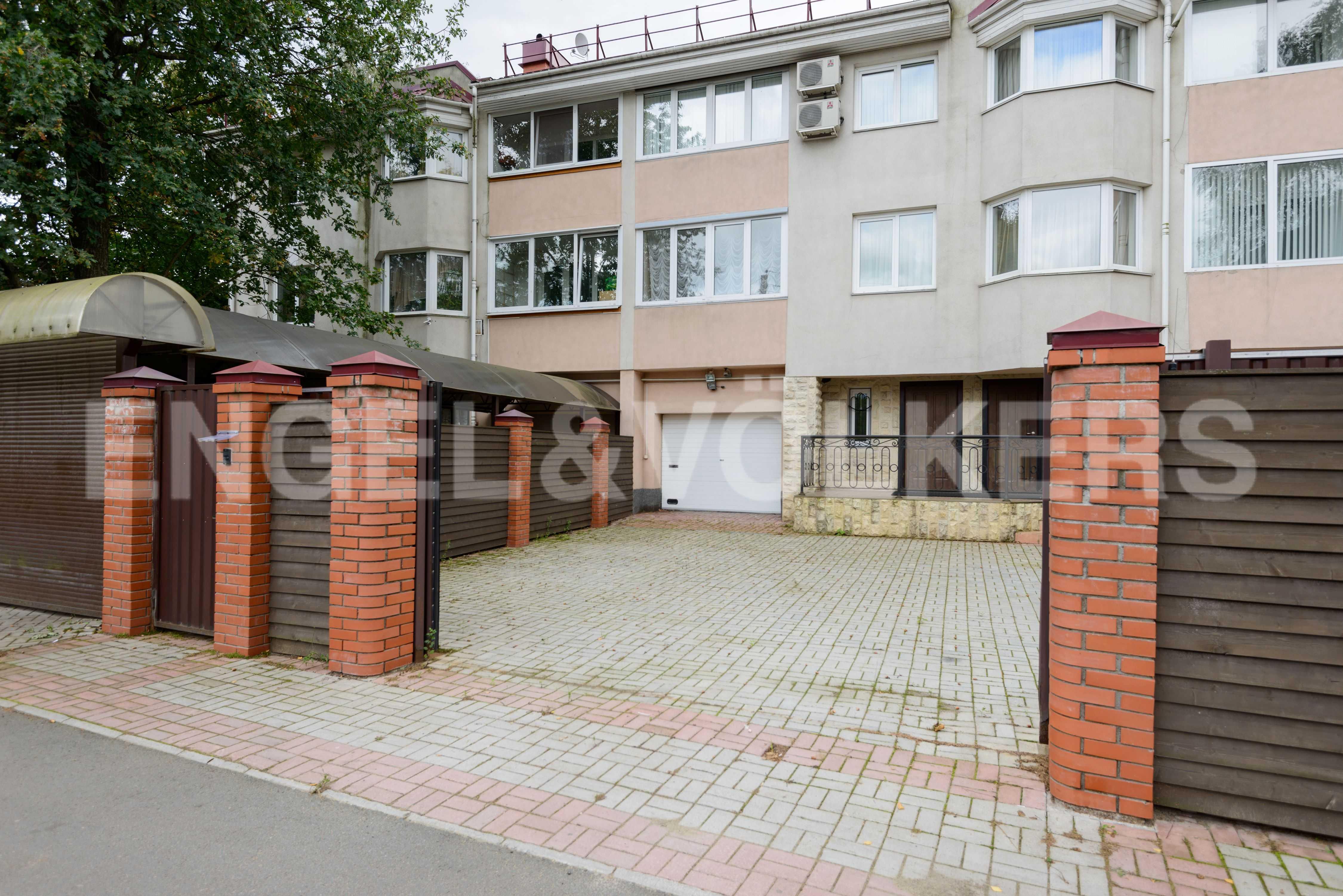 Элитные квартиры в Других районах области. Санкт-Петербург, Тбилисская, 22 . Въезд на собственнуюю территорию
