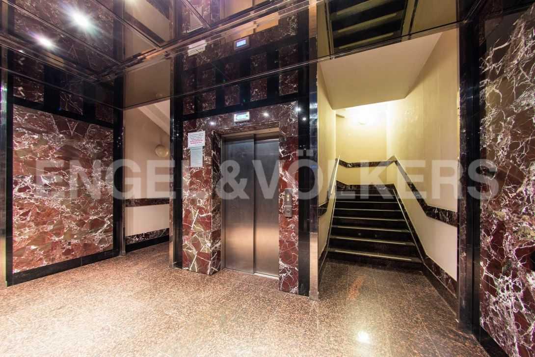 Элитные квартиры в Центральном районе. Санкт-Петербург, Тверская, 6 . Лифт на этаже
