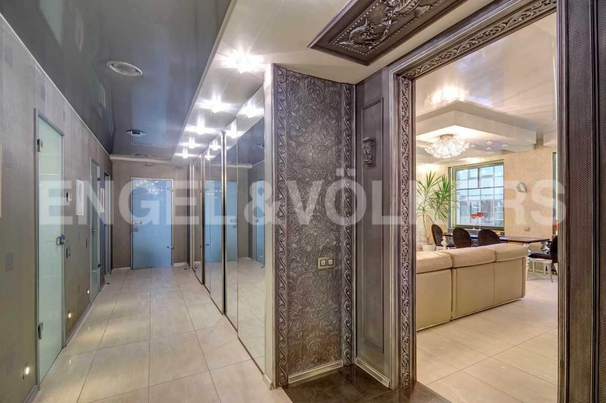 Элитные квартиры на . Санкт-Петербург, ул. Рюхина, д.10. Холл и коридор с системами хранения