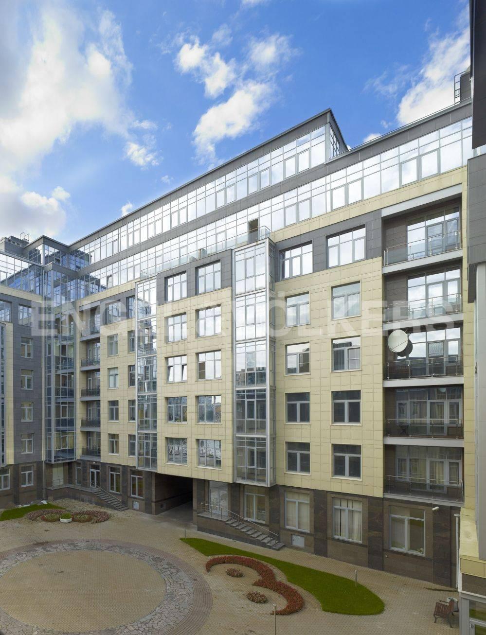 Элитные квартиры на . Санкт-Петербург, ул. Вязовая, 10. Фасад дома. Благоустроенный двор