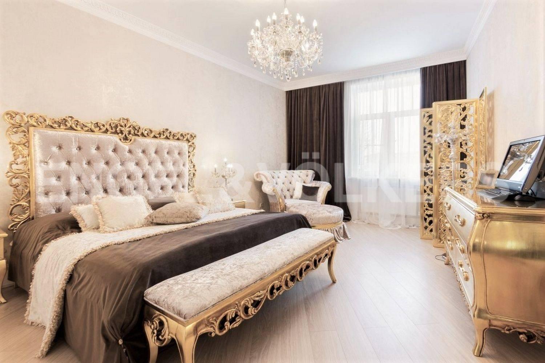 Элитные квартиры в Петроградском районе. Санкт-Петербург, Аптекарская наб., 6. Спальня со своей гардеробной и ванной комнатой