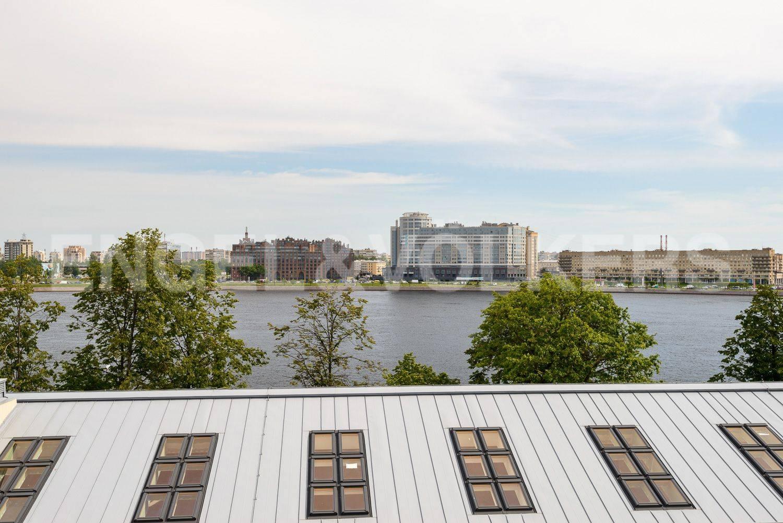 Элитные квартиры в Центральном районе. Санкт-Петербург, ул.Смольного. Вид на воду из окон гостиной