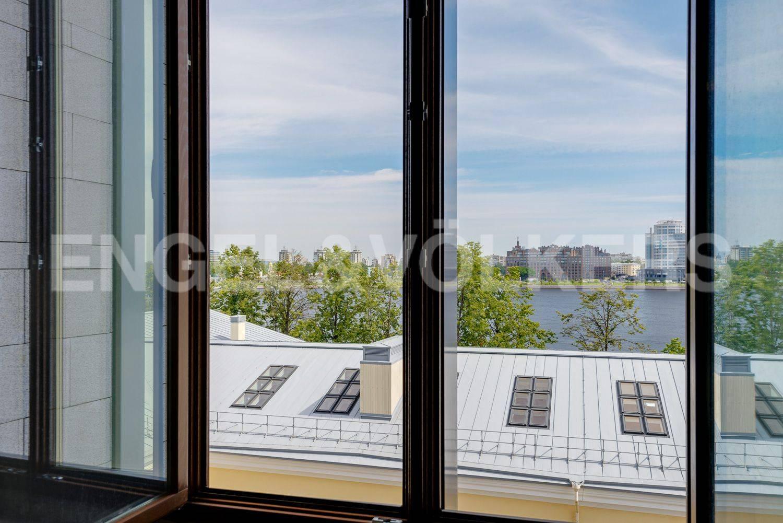 Элитные квартиры в Центральном районе. Санкт-Петербург, ул.Смольного. Вид из окна спальни на Неву