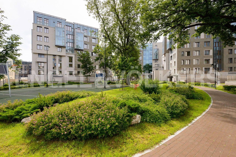 Элитные квартиры в Центральном районе. Санкт-Петербург, ул.Смольного. Благоустроенная территория комплекса