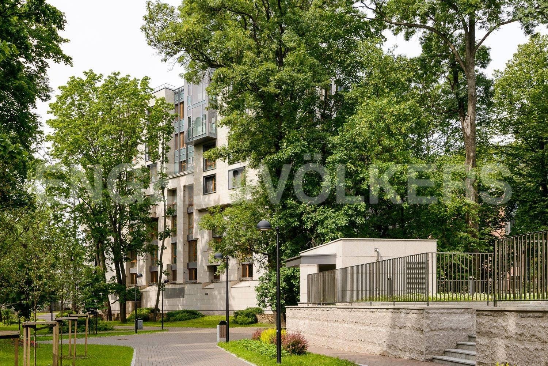 Элитные квартиры в Центральном районе. Санкт-Петербург, ул.Смольного. зелень парка комплекса