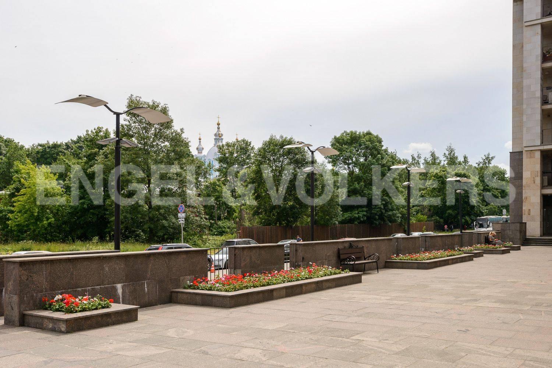 Элитные квартиры в Центральном районе. Санкт-Петербург, ул.Смольного. Терраса центрального корпуса на въезде в комлекс