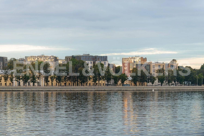 Вид на комлекс Смольный парк со стороны Невы