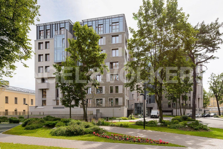 Элитные квартиры в Центральном районе. Санкт-Петербург, ул.Смольного. Фасад дома