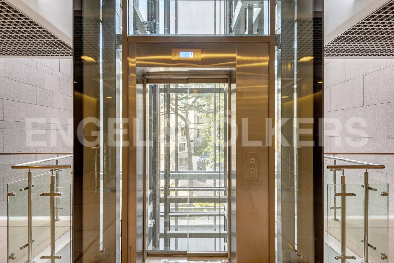 Современный лифт в парадной