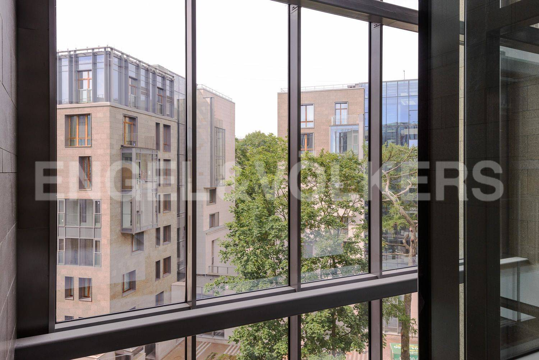 Элитные квартиры в Центральном районе. Санкт-Петербург, ул.Смольного. Вид из парадной на территорию комплекса