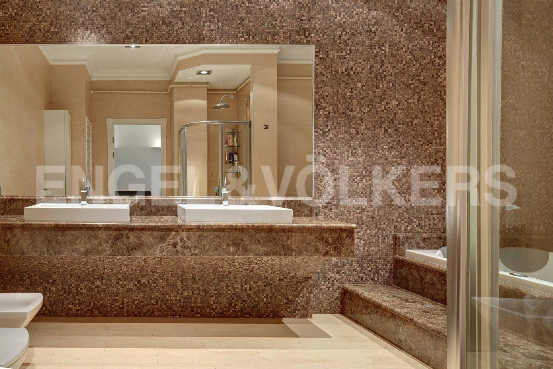 Элитные квартиры в Адмиралтейский р-н. Санкт-Петербург, Конногвардейский бульвар, 13. Ванная комната при основной спальне