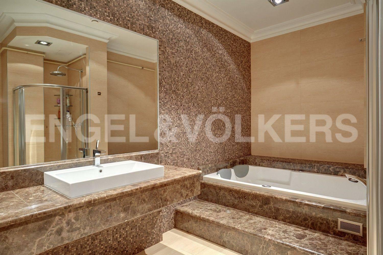 Элитные квартиры в Адмиралтейский р-н. Санкт-Петербург, Конногвардейский бульвар, 13. Ванная комната при основной комнате
