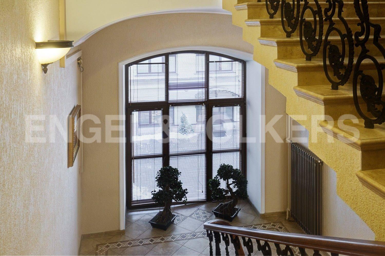Элитные квартиры в Адмиралтейский р-н. Санкт-Петербург, Конногвардейский бульвар, 13. Панорамные окна в парадной
