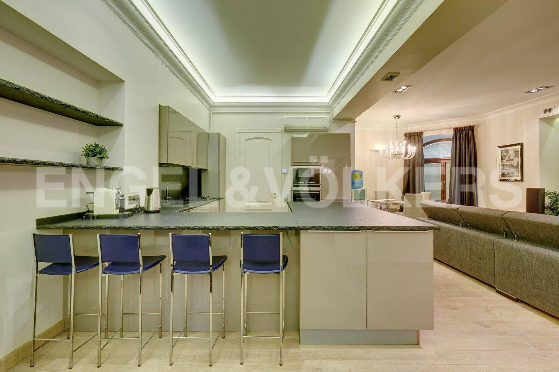 Элитные квартиры в Центральном районе. Санкт-Петербург, Конногвардейский бульвар, 13. Зона встроенной кухни в гостиной