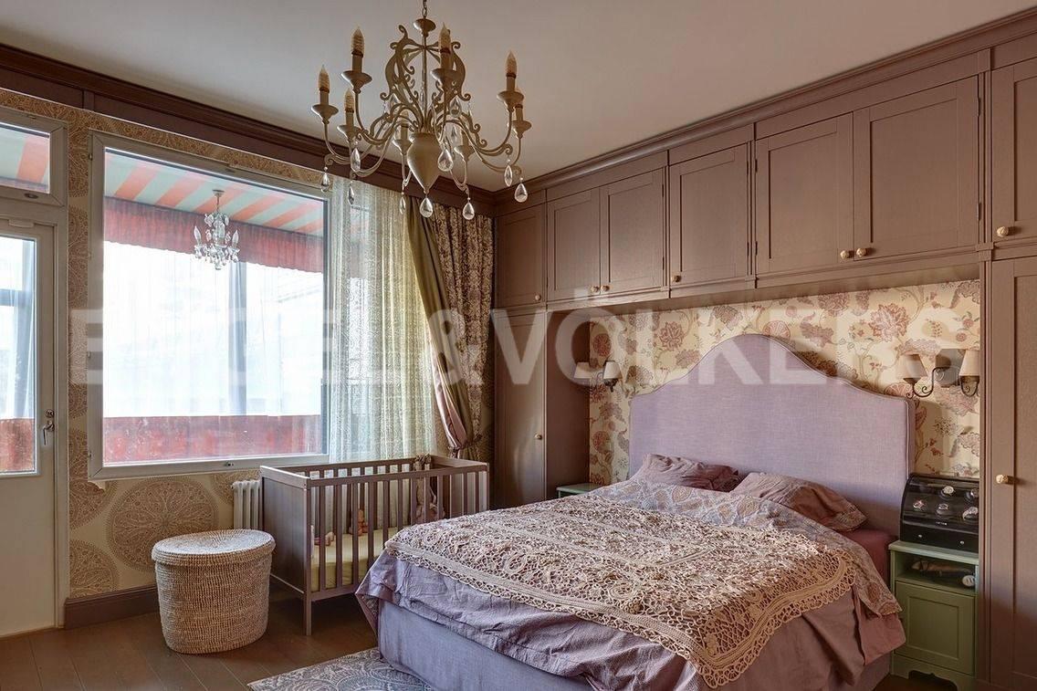 Элитные квартиры в Петроградский р-н. Санкт-Петербург, Барочная, 12. Спальня с выходом на теплую лоджию на 2 уровне.
