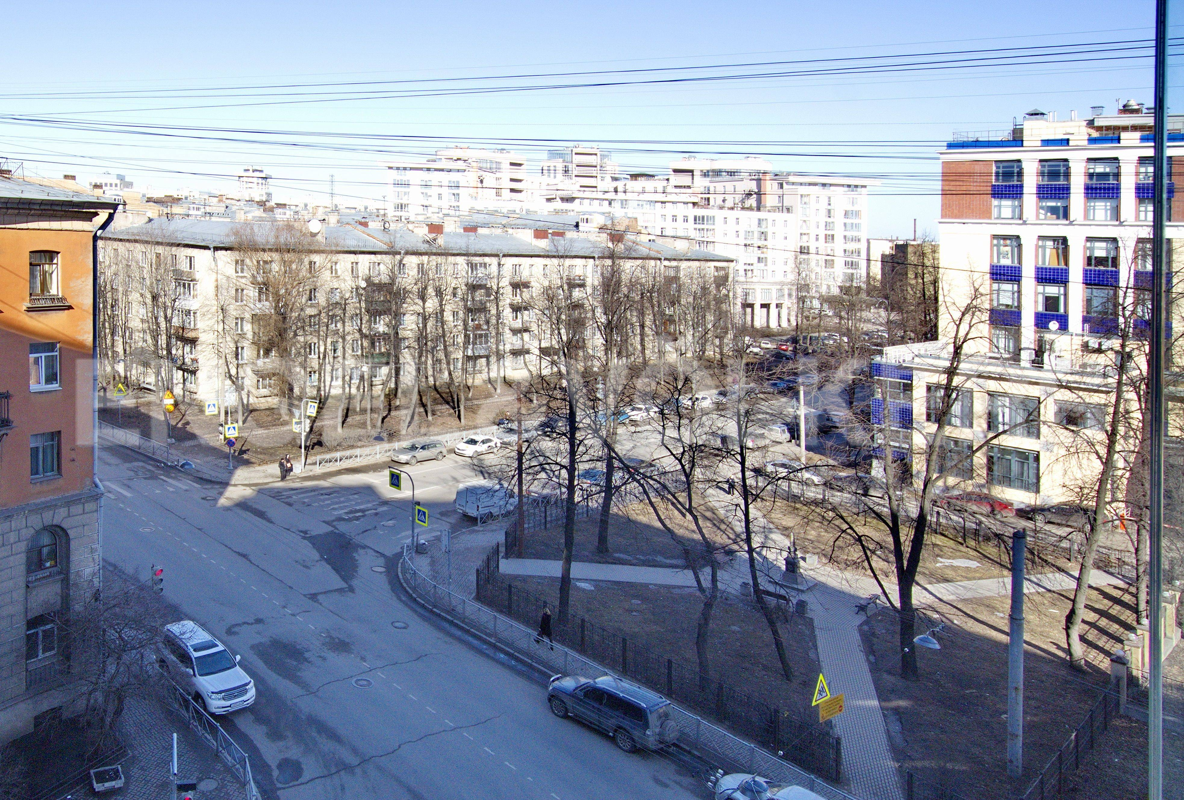 Элитные квартиры в Петроградском районе. Санкт-Петербург, Корпусная улица, 9. Вид из окон в сторону сквера