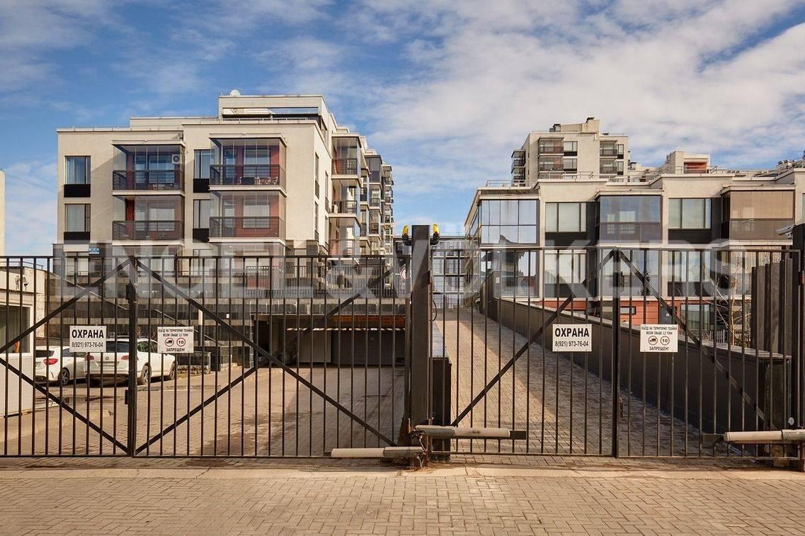 Элитные квартиры в Петроградский р-н. Санкт-Петербург, Барочная, 12. Охраняемая закрытая территория комплекса со всех сторон