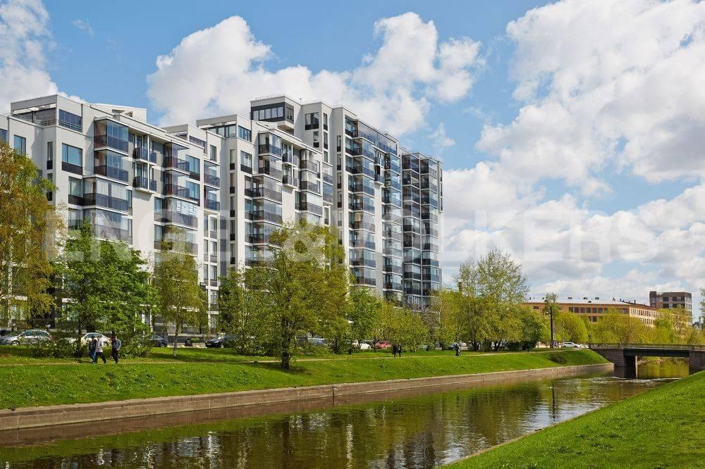 Элитные квартиры в Петроградский р-н. Санкт-Петербург, Барочная, 12. Зеленая территория, канал рядом с домом