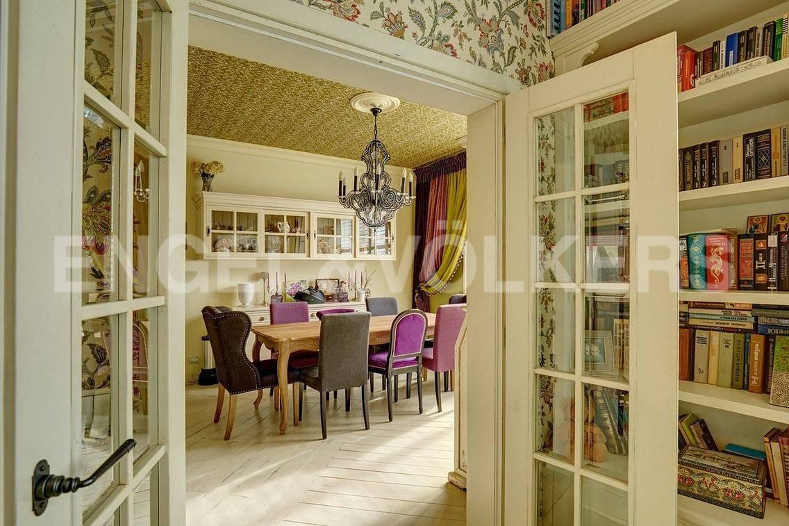 Элитные квартиры в Петроградский р-н. Санкт-Петербург, Барочная, 12. 1 уровень с просторной кухней и гостиной.