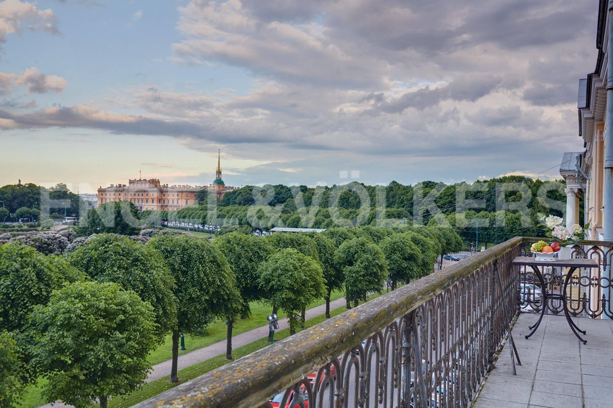Элитные квартиры в Центральный р-н. Санкт-Петербург, Марсово поле, 3. Панорамный вид с фасадного балкона в сторону Михайловского замка