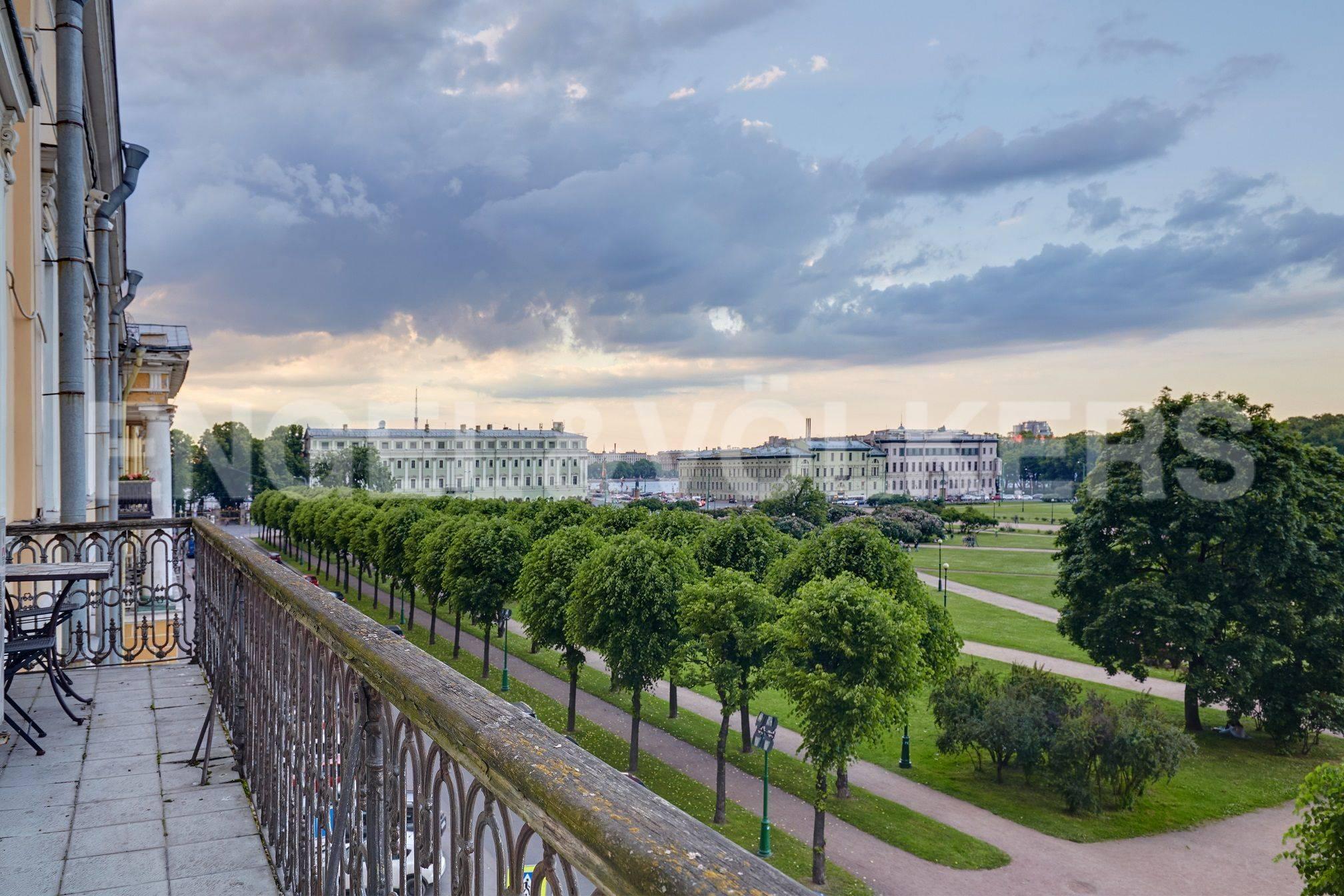 Элитные квартиры в Центральном районе. Санкт-Петербург, Марсово поле, 3. Панорамный вид с фасадного балкона в сторону Суворовской площади