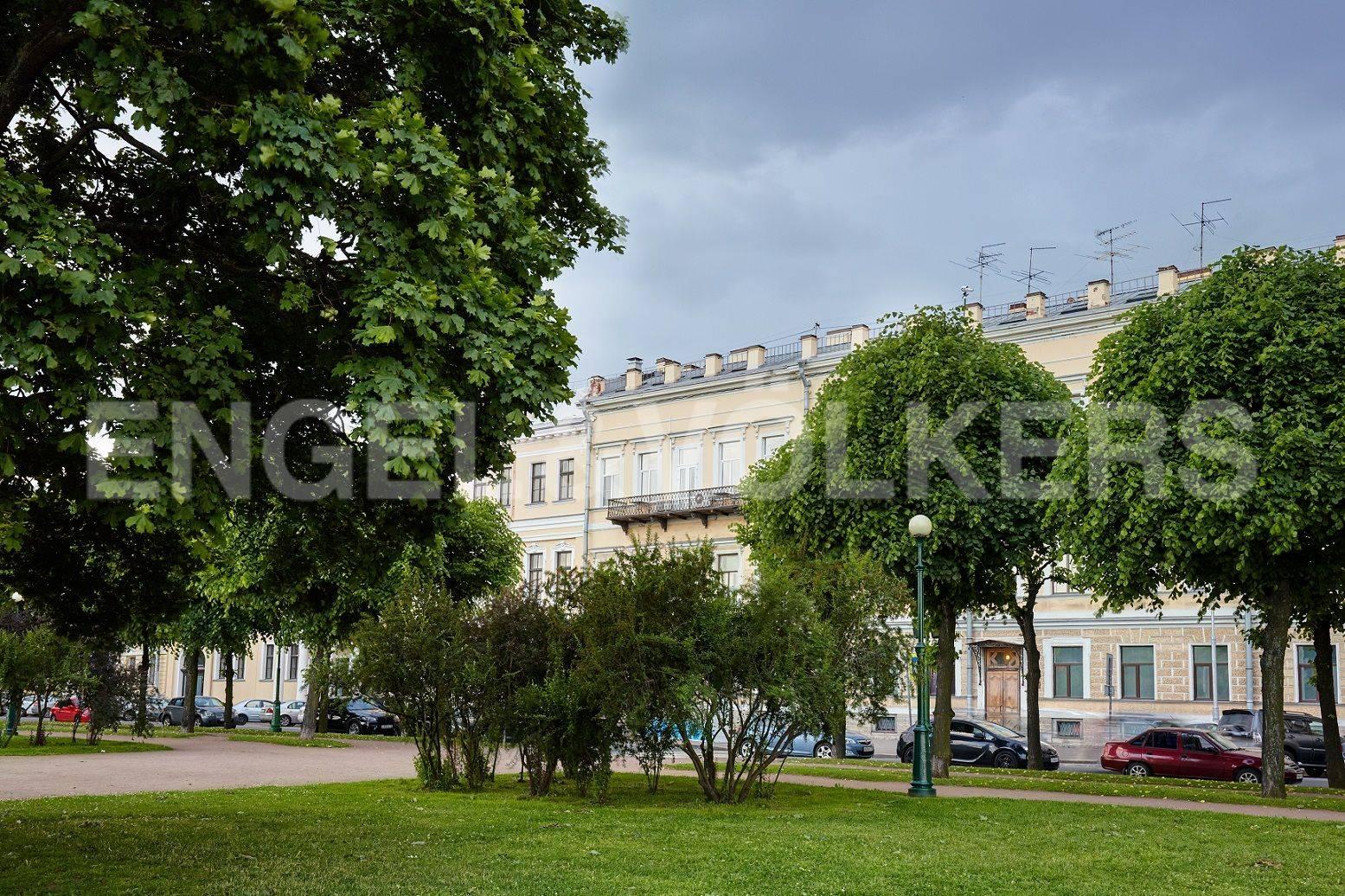 Элитные квартиры в Центральный р-н. Санкт-Петербург, Марсово поле, 3. Видовой балкон на фасаде дома