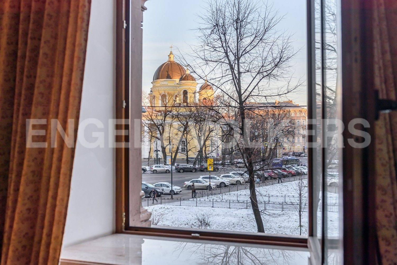 Элитные квартиры в Центральном районе. Санкт-Петербург, Преображенская площадь. Вид из окна малой гостиной на Преображенский собор