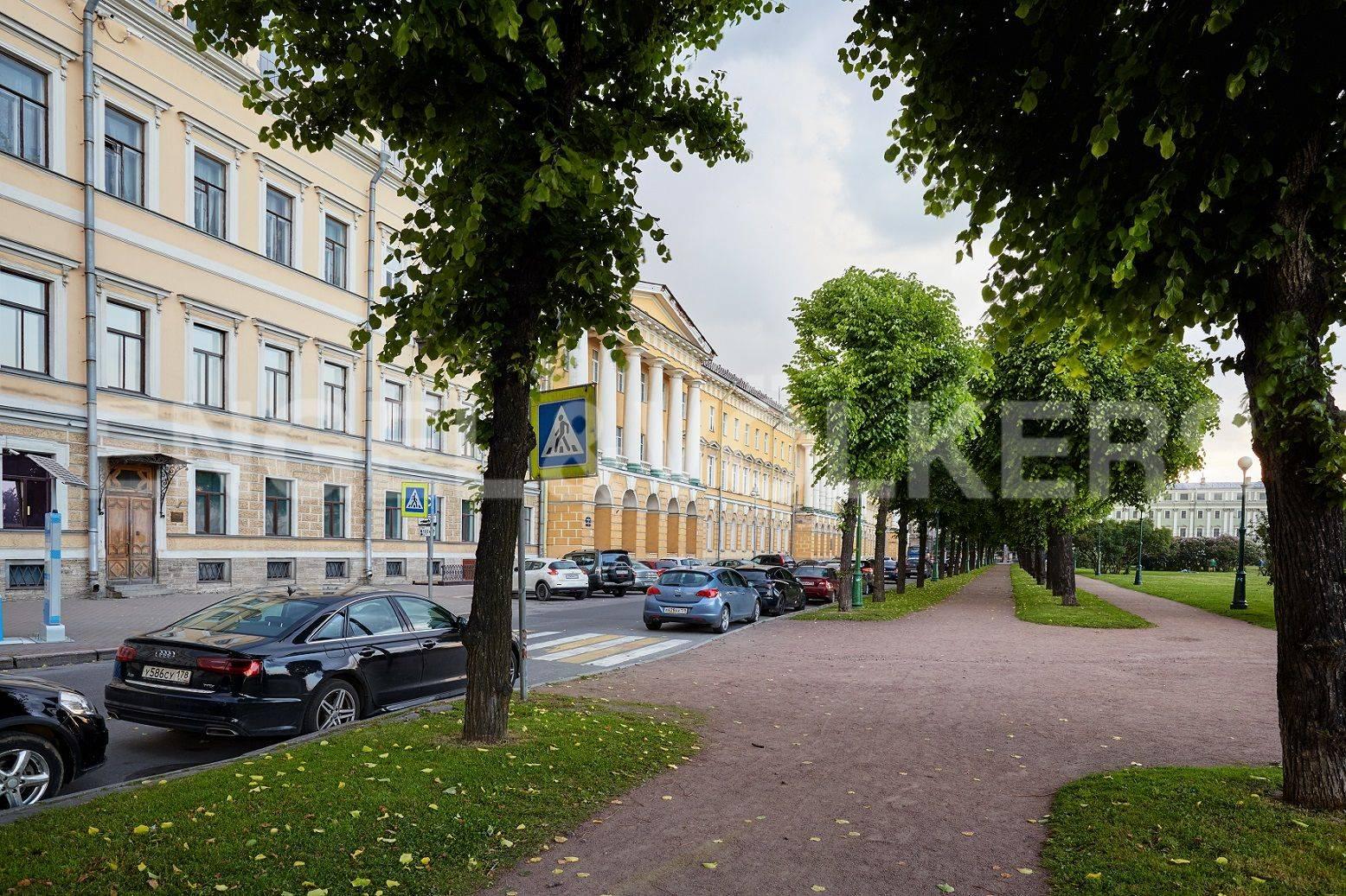 Элитные квартиры в Центральном районе. Санкт-Петербург, Марсово поле, 3. Прогулочная аллея перед парадным входом