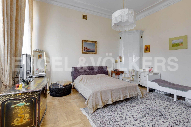 Элитные квартиры в Центральном районе. Санкт-Петербург, Преображенская площадь. Спальня с действующей печью