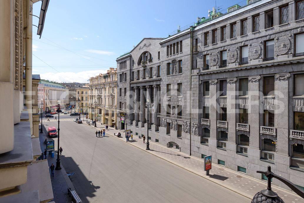 Элитные квартиры в Центральный р-н. Санкт-Петербург, Большая Морская, 4. Вид из окна в сторону Невского проспекта