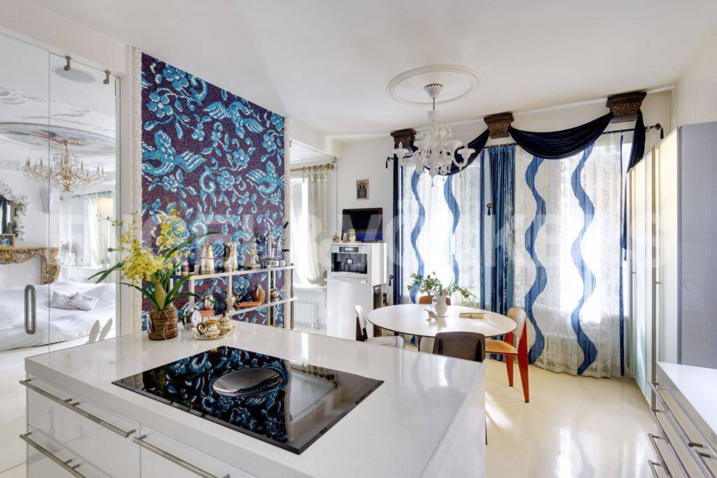 Элитные квартиры в Центральный р-н. Санкт-Петербург, Большая Морская, 4. Столовая со встроенной кухней