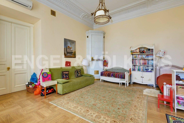 Элитные квартиры в Центральном районе. Санкт-Петербург, Преображенская площадь. Детская комната (либо вторая спальня) с дествующей печью