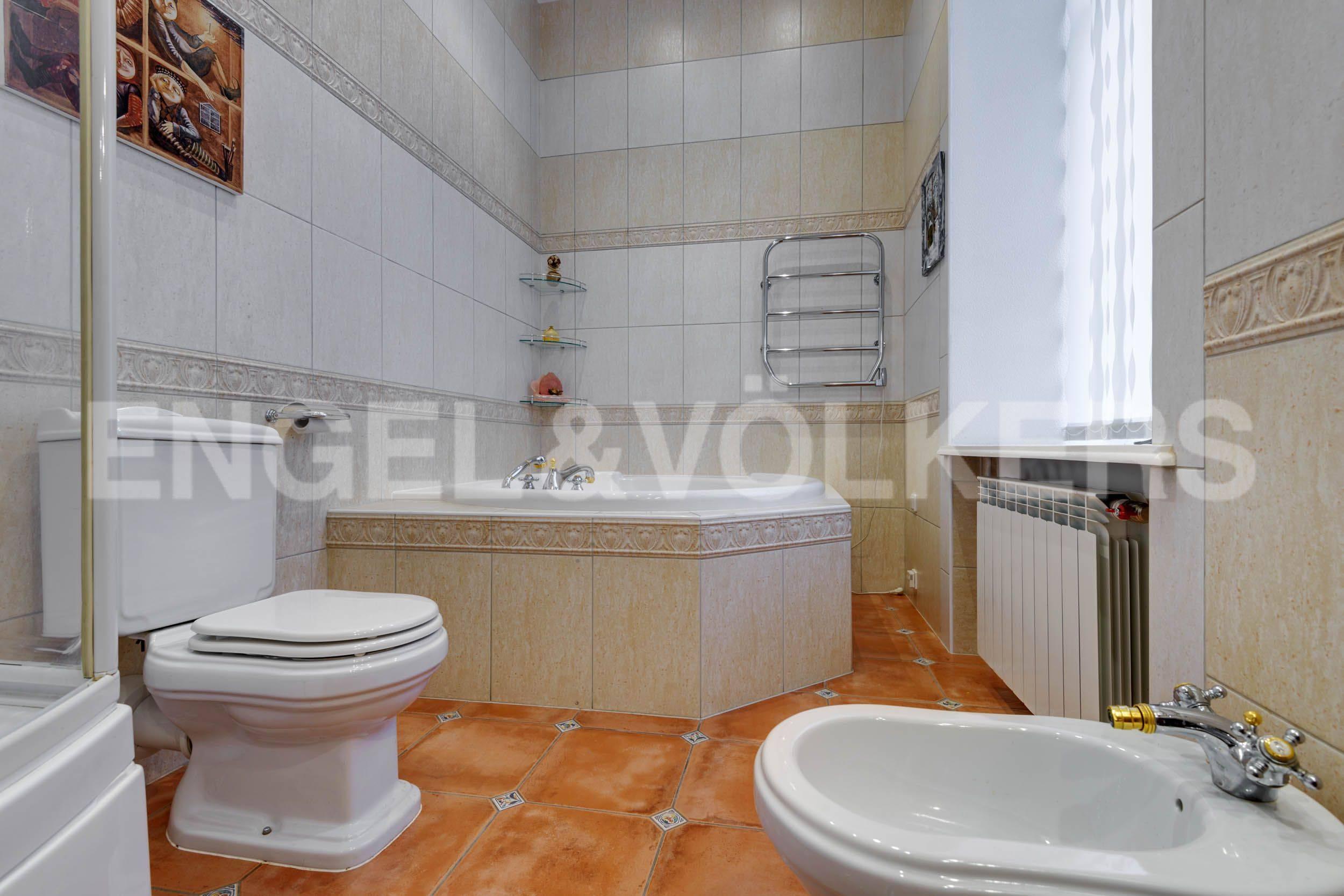 Элитные квартиры в Центральном районе. Санкт-Петербург, Марсово поле, 3. Ванная комната с окном