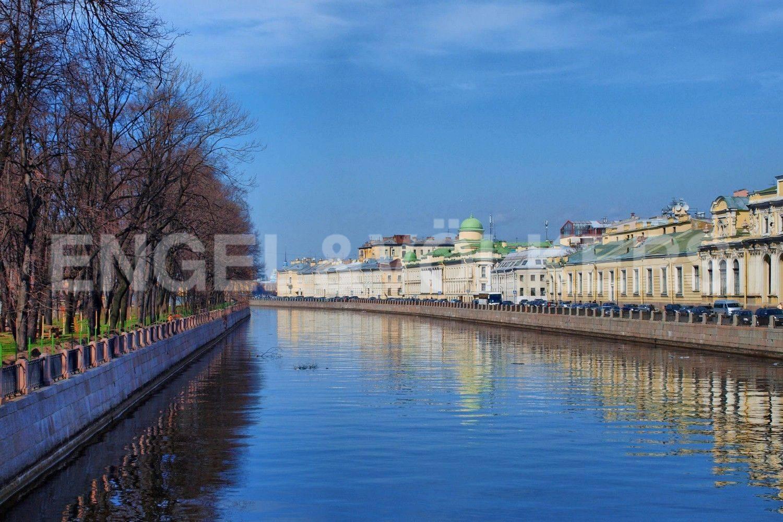 Элитные квартиры в Центральном районе. Санкт-Петербург, Преображенская площадь. Набережная реки Фонтанки в ближайшем окружении дома