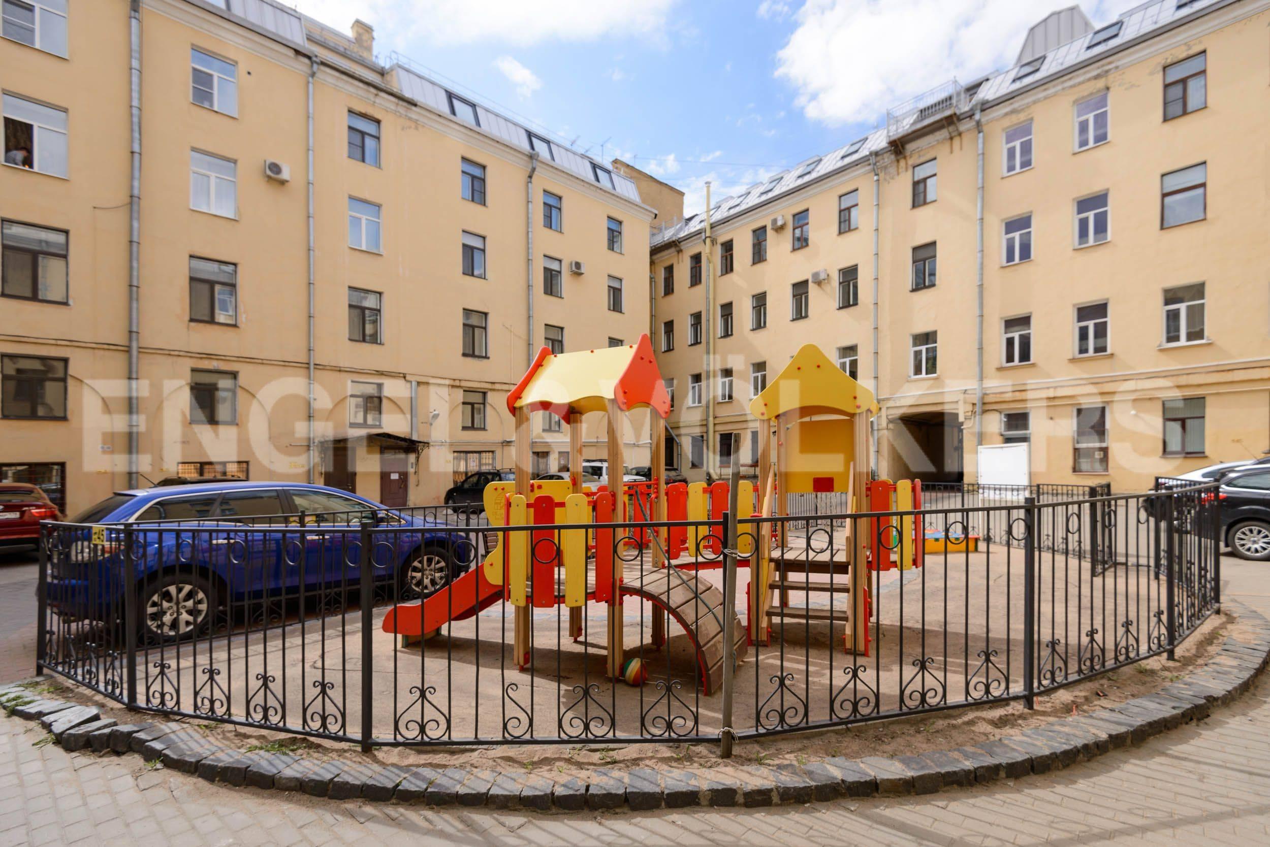 Охраняемый двор с фиксированной парковкой