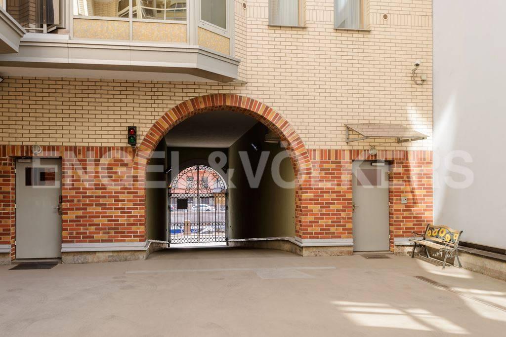 Элитные квартиры в Центральный р-н. Санкт-Петербург, Большая Морская, 4. Въезд на территорию с наб. реки Мойки