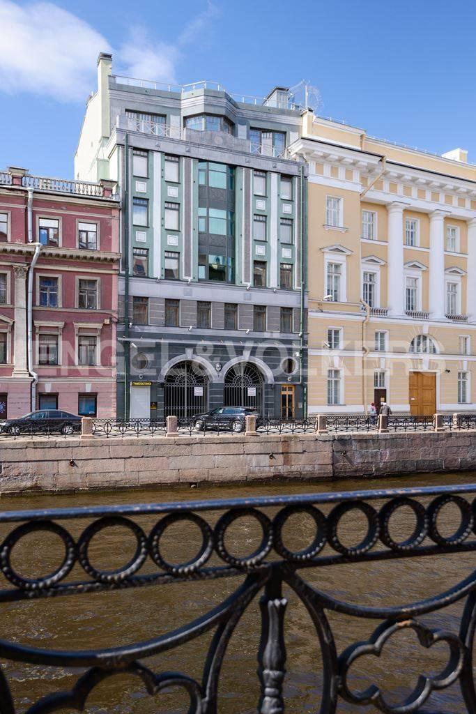 Элитные квартиры в Центральный р-н. Санкт-Петербург, Большая Морская, 4. Фасад дома со стороны наб. реки Мойки