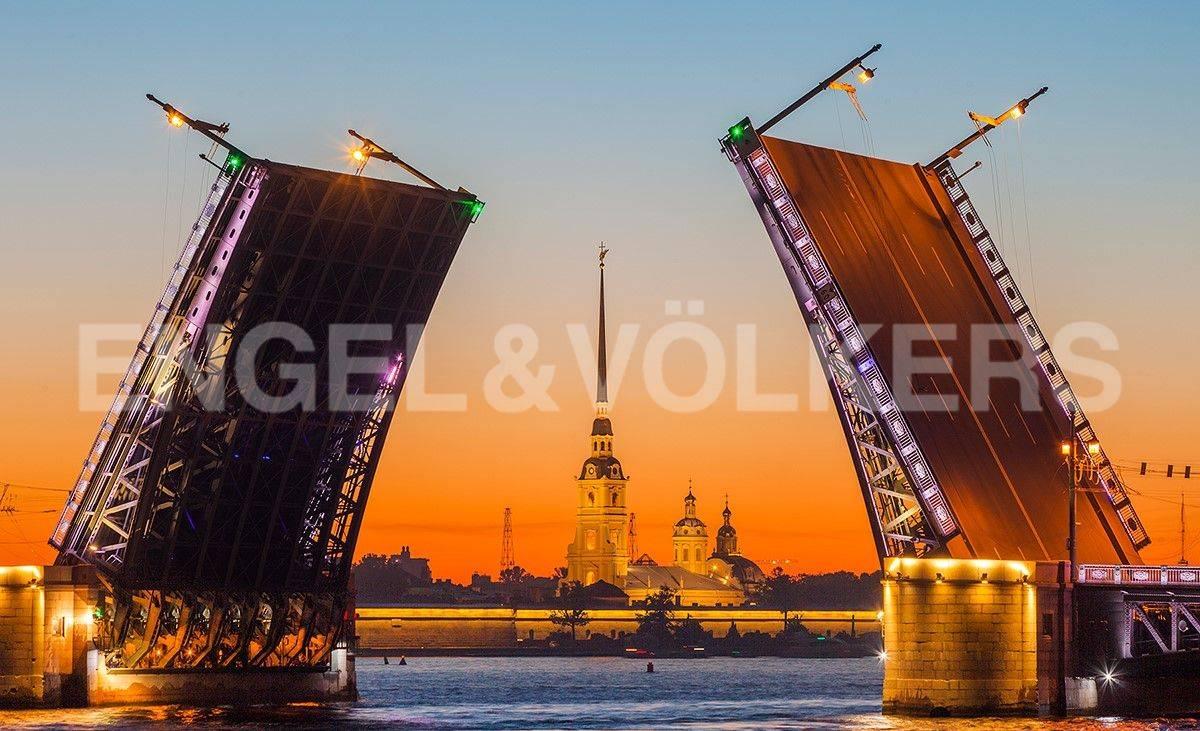 Элитные квартиры в Центральный р-н. Санкт-Петербург, Большая Морская, 4. Дворцовый мост с Петропавловской крепостью