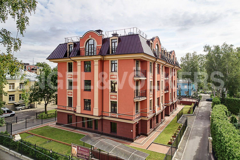 Элитные квартиры в Других районах области. Санкт-Петербург, Дибуновская улица, 30. Вид со двора