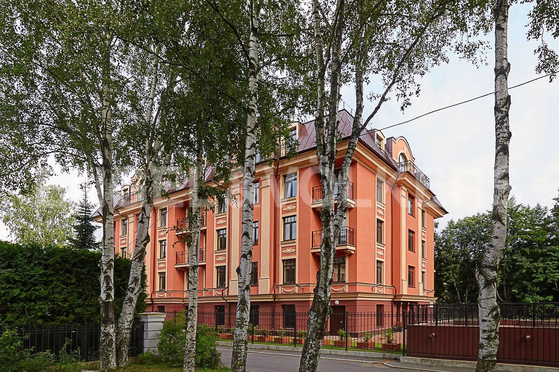 Элитные квартиры в Приморском районе. Санкт-Петербург, Дибуновская улица, 30. Вид на дом со стороны сквера