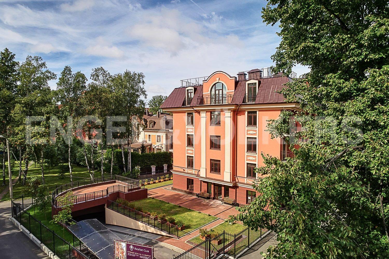 Элитные квартиры в Приморском районе. Санкт-Петербург, Дибуновская улица, 30. Вид на дом со двора