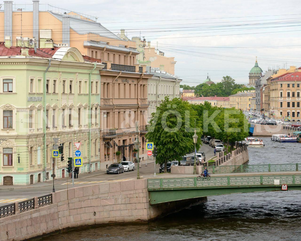 Элитные квартиры в Центральном районе. Санкт-Петербург, Наб. реки Мойки, 84. Вид из окон на набережную реки Мойки в сторону Фонарного моста