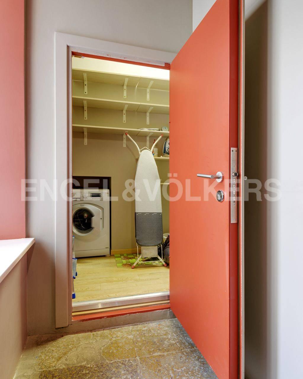 Элитные квартиры в Центральном районе. Санкт-Петербург, Наб. реки Мойки, 84. Собственная кладовая на этаже