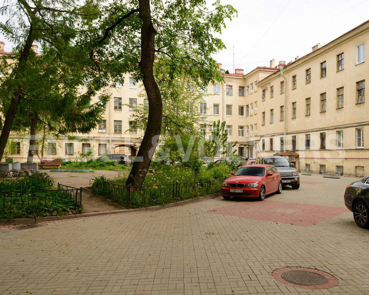 Элитные квартиры в Центральном районе. Санкт-Петербург, Наб. реки Мойки, 84. Закрытый внутренний двор дома с парковкой