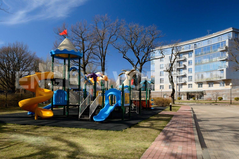 Элитные квартиры на . Санкт-Петербург, Крестовский проспект, 26. Игровая зона во дворе