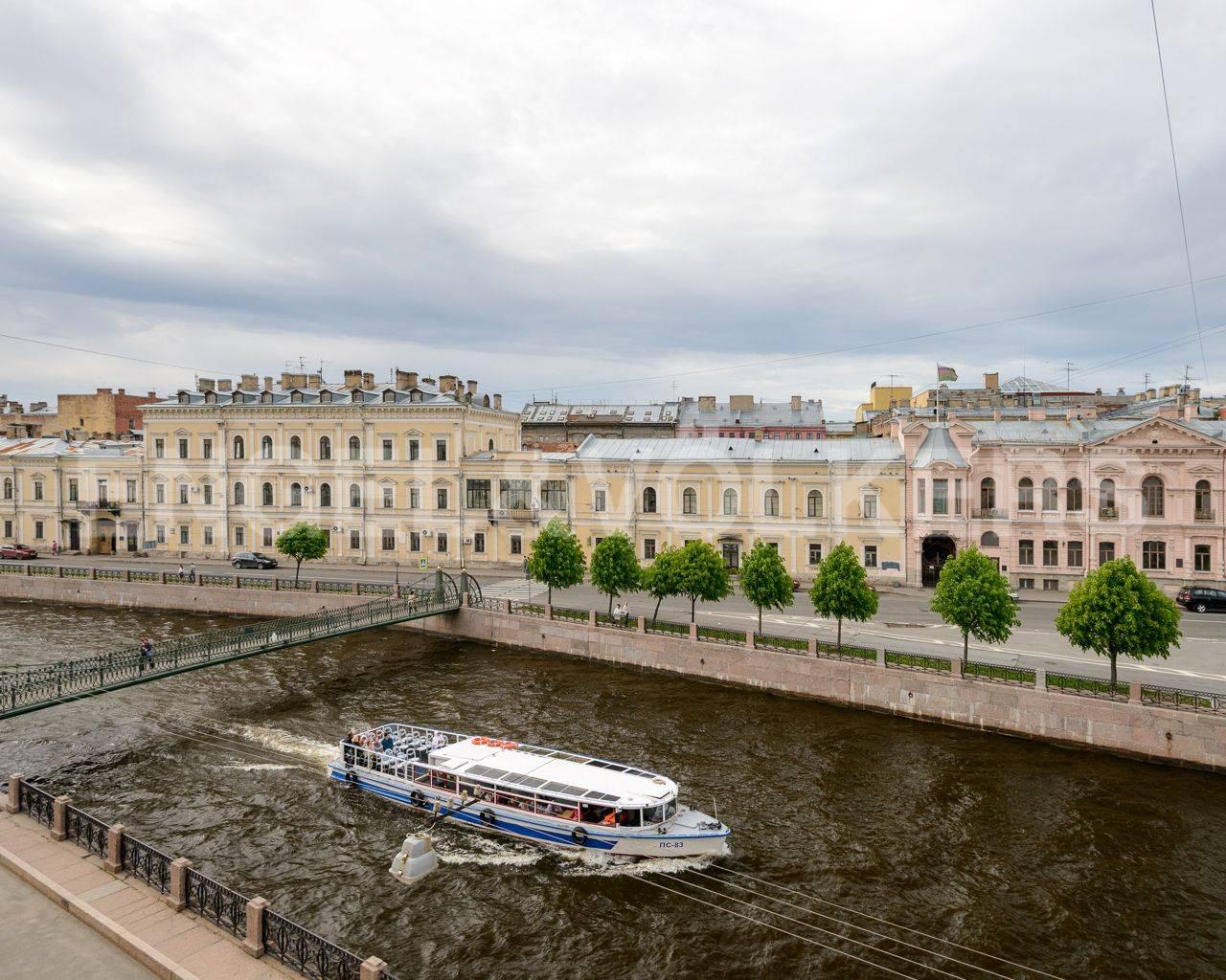Элитные квартиры в Центральном районе. Санкт-Петербург, Наб. реки Мойки, 84. Вид из окна гостиной на набережную реки Мойки и Почтамтский мост