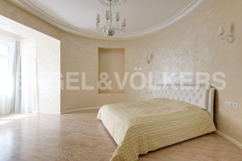 Мастер-спальня с эркером и выходом на балкон
