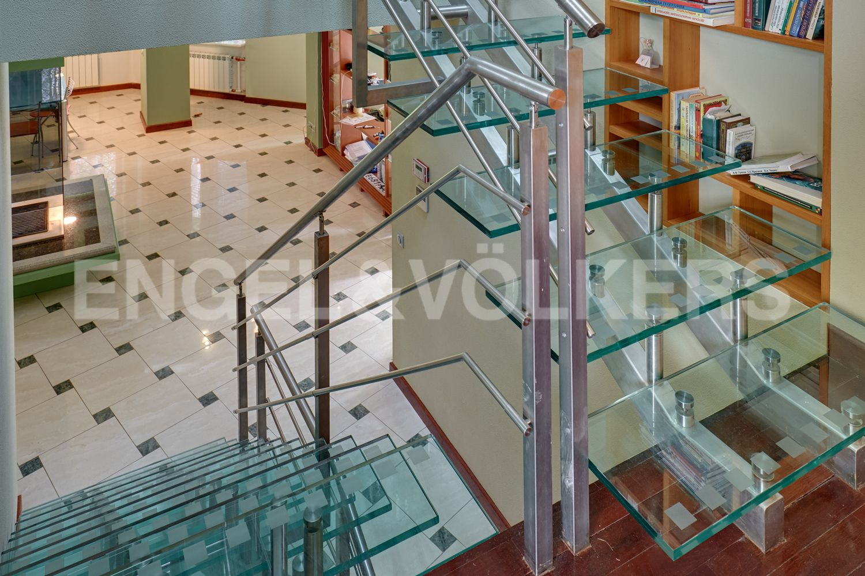 Лестница на 2 этаж. Основной дом