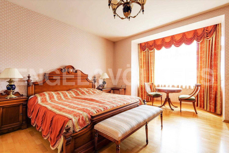 Основная спальня с эркером